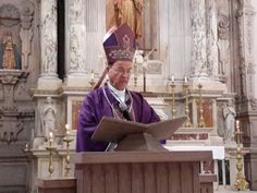 <p>Chihuahua, Chih.- El arzobispo Constancio Miranda Weckmann celebró el inicio de la cuaresma con la misa en la catedral, donde realizó la imposición