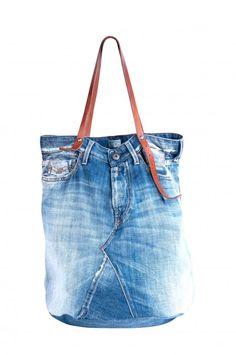 Un jean, on peut le porter, le couper, en faire un bermuda ou un short si on n'aime pas faire dans la demi-mesure. On peut même en faire un sac. La preuve avec ce cabas Replay qui n'est rien d'autr