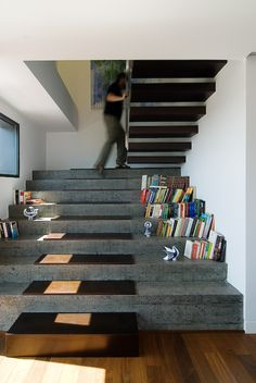 Escalier en béton double-usage avec une partie bibliothèque sur la droite #stairs #concrete #bookshelves Stairway To Heaven, Stone Stairs, Concrete Staircase, Concrete Steps, Wood Stairs, Cantilever Stairs, Poured Concrete, Concrete Wood, Polished Concrete
