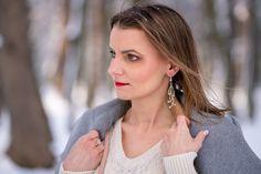 Biała sukienka dzianinowa w towarzystwie beżu i szarości | White knitted dress - Annastylefashion Blond, Drop Earrings, Model, Fashion, Moda, Fashion Styles, Scale Model, Drop Earring
