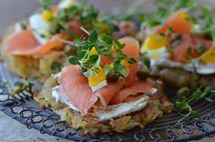 Delicious potato pancakes with cream cheese, salmon and capers - perfect for breakfast! (in Danish with translator) Lunch Recipes, Breakfast Recipes, Yummy Eats, Yummy Food, A Food, Food And Drink, Bruchetta, Potato Cakes, Food For Thought