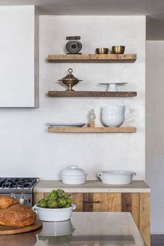 Home Decor and Lifestyle from Hello Lovely Studio: Tadelakt kitchen wall in Leigh Herzig spec house West Hollywood, photo: Laure Joliet Kitchen Ikea, Kitchen Shelves, Wood Shelves, Kitchen Decor, Kitchen Walls, Rustic Kitchen, Layout Design, Venetian Plaster Walls, Floating Shelves Bathroom