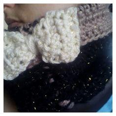 Toujours pour l'opération #KnitForThem, je vous propose aujourd'hui un tuto au crochet pour un snood bien féminin orné d'un gros noeud ! J'ai encore une fois utilisée ma lai… Creations, Crochet, Fashion, Hair Bow, Moda, Fashion Styles, Ganchillo, Crocheting, Fashion Illustrations