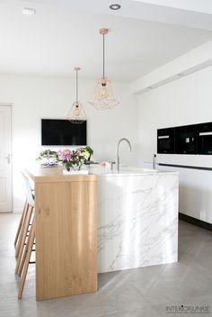 Een kijkje in de marmer look keuken van Meryam   Beeld © Elisah Jacobs/InteriorJunkie.com