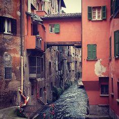 """13 anni fa, vivevo a #Bologna già da un anno, una ragazza mi portò qui e mi disse: """"Guarda, è la Piccola Venezia, ma dall'altro lato!"""" e io: """"Venezia? Ma non eravamo a Bologna?"""". Fu così che scoprii che Bologna è una citta fluviale. #MyBologna"""
