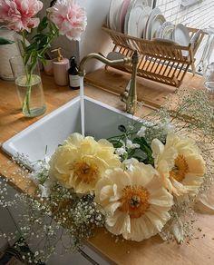 Cartier Rug — @oiaoooa My Flower, Beautiful Flowers, Flower Aesthetic, Aesthetic Yellow, Summer Aesthetic, Decoration, Planting Flowers, Flower Arrangements, Bouquet