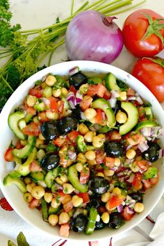 Chickpea Cucumber Salad is the perfect summer lunch or side dish It s easy to make and is vegan gluten-free and healthy salad chickpea recipe cucumber tomatoes vegan glutenfree healthy healthyfood mediterranean Easy Summer Meals, Healthy Summer Recipes, Healthy Salad Recipes, Summer Lunches, Clean Eating Snacks, Healthy Eating, Healthy Food, Healthy Meals, Plats Healthy