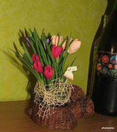 Wielkanocne dekoracje - zboże i bibułkowe krokusy