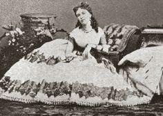 Cora Pearl con un diseño de Worth.  Cora ( 1835-1886) fue una famosa Cortesana, de origen inglés,  en la Francia del siglo XIX. Fue amante de notables aristócratas.