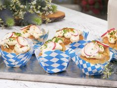 At the Oktoberfest are many goodies, but you certainly do not know these cute Obazda cupcakes. The simple recipe is here's. At the Oktoberfest are many goodies, but you certainly do not know these cute Obazda cupcakes. The simple recipe is here's. Oktoberfest Party, Snacks Für Party, Appetizers For Party, Tapas, Party Buffet, Unprocessed Food, Clean Eating Snacks, Baby Food Recipes, Finger Foods