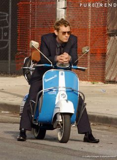 Jude Law & Vespa what more can a girl need? Scooters Vespa, Motos Vespa, Moto Scooter, Piaggio Vespa, Lambretta Scooter, Scooter Girl, Scooter Garage, Jude Law Alfie, Classic Vespa