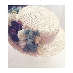 canotier sombrero boda invitada con flores