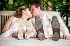 Bruidsschoenen bruidspaar, bruid en bruidegom, trouwen, huwelijk, stickers bruidsschoenen #bruidsfotograaf #bruidsfotografie Dario Endara