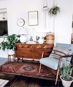46 Awesome Bohemian Style Home Decor For Your Inspire - OMGHOMEDECOR - This res. : 46 Awesome Bohemian Style Home Decor For Your Inspire – OMGHOMEDECOR – This restrained Bohemian space with patterned rug & pillow potted plants on floor, of a sta – Boho Living Room, Living Spaces, Living Room Vintage, Midcentury Modern Living Room, Dresser In Living Room, Boho Room, Cozy Living, Living Room Ideas Mid Century Modern, Chabby Chic Living Room