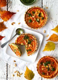 Italialaiset tomaattipiiraset Tomaattipiiraset on maustettu itse tehdyllä pestolla, jota löytyy sekä piirakan sisältä että pinnalta. Lisämakua antavat parmesaani ja pinjansiemenet. Piiraset voi valmistaa myös tavallisena piirakkana yhteen isoon vuokaan.