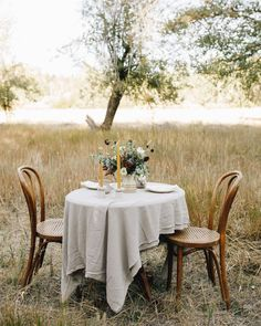 There is beauty in simplicity and the concept of a minimalism is hitting the wedding scene. You may think you need elaborate centerpieces or layers of linens, but a less is more approach can be just as stunning! See more rustic wedding inspiration at rusticweddingchic.com 📸: @lorawagenerco @helianthusfloral Wedding Trends, Wedding Styles, Wedding Ideas, Minimalist Wedding Decor, Rustic Wedding Inspiration, Wedding Scene, Sweetheart Table, Less Is More, Fresh Flowers