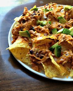 fiesta chicken nachos in the slow cooker Fiesta Chicken, Chicken Nachos, Bbq Nachos, Cheesy Chicken, Appetizer Recipes, Appetizers, Braai Recipes, Yummy Snacks, Yummy Food