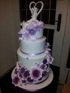 Hochzeitstorte in Flieder und Lila tönen mit Zuckerblumen.  www.thetinycakeboutique.com