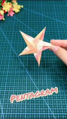 Instruções Origami, Paper Crafts Origami, Easy Paper Crafts, Oragami, Easy Origami Star, Origami Wall Art, Easy Origami Flower, Origami Paper Crane, Diy Crafts Hacks