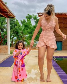 La imagen puede contener: 1 persona, de pie, niños y exterior Sexy Outfits, Chic Outfits, Sexy Dresses, Cute Dresses, Summer Wedding Outfits, Summer Outfits, Summer Dresses, Men's Fashion, Fashion Outfits