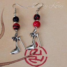 Boucles d'oreille en perles de fimo rouge et noire, et breloque…
