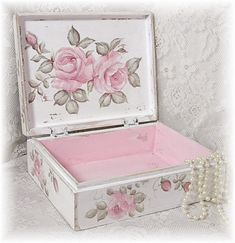 inside the Shabby Chic box.Just beautiful from Jill Serrao Decoupage Vintage, Decoupage Box, Altered Cigar Boxes, Pretty Box, Keepsake Boxes, Painting On Wood, Tole Painting, Pink Roses, Diy And Crafts