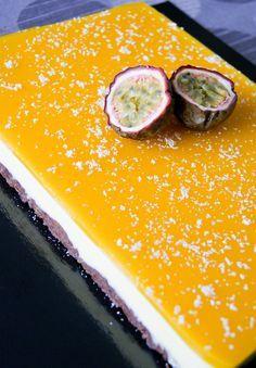 Un dessert coloré et exotique, ça faisait longtemps! J'ai (quand même) souhaité ajouter au goût des fruits, une petite touche chocolatée. Résultat: une base craquante au chocolat surmontée d'une mo...