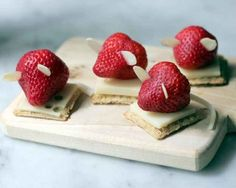 All a strawberry needs to be a mouse is a string cheese tail and almond ears. 19 Easy And Adorable Animal Snacks To Make With Kids Strawberry Mouse, Strawberry Recipes, Snacks To Make, Food To Make, Healthy Snacks, Cute Food, Good Food, Kreative Snacks, Animal Snacks