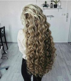 Do you like your wavy hair and do not change it for anything? But it's not always easy to put your curls in value … Need some hairstyle ideas to magnify your wavy hair? Long Curly Hair, Big Hair, Curly Hair Styles, Natural Hair Styles, Thick Hair, Perms For Long Hair, Permed Hairstyles, Pretty Hairstyles, Wedding Hairstyles