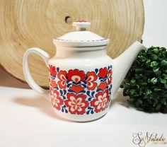 Lovely and mint! 1960s 1970s retro coffee pot or teapot by Egersund, Oslo. Retro pattern featuring orange flowers. Design: G Ronning / E. Sandnes. Porsgrund Norway. Vintage Scandinavian design, retro kitchen display / prop. Capacity 1 liter. On offer  by SoVintastic on Etsy;-)