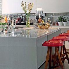 Os detalhes não são detalhes; eles fazem o design... ❤️ (Charles Eames) #designlovers #kitchen #kitchengourmet #beautifuldecor #chic #cool #instadesign #interiordesign #inspiration #details #detalhesquefazemular #designporn #designer #CharlesandRayEames #silestone #red #aqinteriores