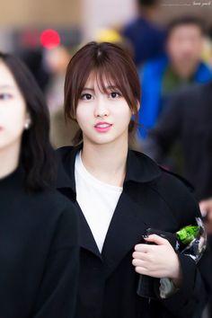 Twice-Momo 170409 IncheonAirport Nayeon, Kpop Girl Groups, Korean Girl Groups, Kpop Girls, Twice Jyp, Hirai Momo, Celebs, Celebrities, Korean Music
