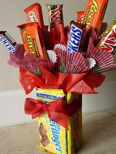 Candy bar bouquet with edible vase. Perfect for Valentine's Day or birthdays! I love this idea for my kids for their birthdays! I may be too excited to wait til birthdays to do it though and may make it a valentine gift! Valentines Diy, Valentine Day Gifts, Holiday Gifts, Valentines Hearts, Craft Gifts, Diy Gifts, Candy Bar Bouquet, Shot Bouquet, Liquor Bouquet