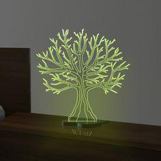 A luminária Sinergia possui design impecável que traduz a beleza da natureza. Em formato de árvore é uma peça versátil para compor a decoração.    Composição: Acrílico fluorescente e preto, iluminação em LED e cabo com saída USB.  Dimensão: 32x13x30cm   Cuidados: Para limpeza utilize apenas flanela macia com água, sabão ou detergente neutro. Nunca use solventes, esponjas ou abrasivos.