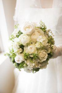 先日お届けしたパレスホテル東京様へのブーケ、 挙式用です。 当日の夜、花嫁様からお礼をいただきました。   大きな白のバラをぎゅっと束ね...