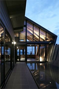 Image 6 of 30 from gallery of Villa SSK / Takeshi Hirobe Architects. Photograph by Koichi Torimura Architecture Du Japon, Japanese Architecture, Beautiful Architecture, Residential Architecture, Interior Architecture, Interior Exterior, Exterior Design, Modern Exterior, Beautiful Space