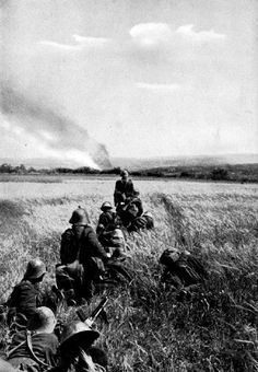 Romanian infantry moving toward Soviet positions in the Eastern Front. Probably in Bessarabia or the Ukraine. German Soldiers Ww2, American Soldiers, History Of Romania, Black Sea Fleet, War Of Attrition, Oriental, Special Forces, Military History, Armed Forces