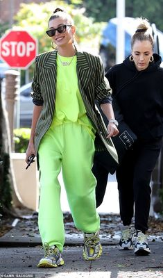 Hailey Baldwin wears diamond 'Bieber' necklace to salon while Justin flashes his abs leaving hotel Neon Outfits, Sneakers Fashion Outfits, Casual Outfits, Estilo Hailey Baldwin, Hailey Baldwin Style, Mode Style, Style Me, Neon Style, Street Chic