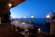 イタリアの海に面した洞窟レストラン03