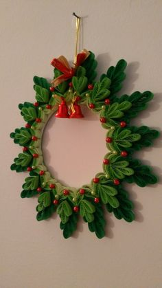 Quilled Paper Art, Paper Quilling Designs, Quilling Paper Craft, Quilling Patterns, Paper Crafts, Office Christmas Decorations, Christmas Wreaths, Quilling Christmas, Quilled Creations