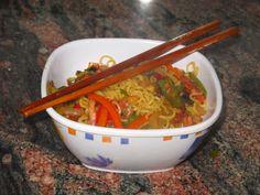 Fideos orientales con verduras y panceta