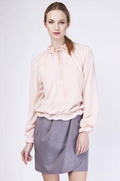 Dans un esprit portefeuille très en vogue, cette jupe taille haute fera sensation auprès de vos collègues au bureau tout comme lors d'une soirée entre amis.