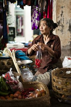 Market woman in Ubud (Petulu, Bali). Early in the morning you can buy your daily groceries, later the market transforms into a souvenir market - Photo ©Demis de Haan Bali Lombok, Ubud, Kuala Lumpur, Timor Oriental, Laos, Voyage Bali, Expo Milano 2015, Third World Countries, Traditional Market