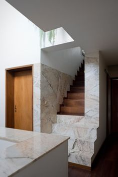 Casa Avelino Duarte - Ovar, Portugal ÁLVARO SIZA, 1985 - the bottom steps appear to be cut of the high plinth/ warm wood and narrowing of width Modern Contemporary Homes, Contemporary Architecture, Architecture Details, Interior Architecture, Alvar Aalto, Stair Handrail, Railings, Interior Minimalista, Stair Steps