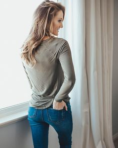 Waist Jeans diy Girl in High Waisted Jeans DIY hohe Taille Hosen, hohe Taille Jeans Outfits Jeans hohe Taille, hohe Taille Outfits hohe Taille Outfit Jeans, hohe Taille Mom Jeans hohe Taille Jeans Outfit lässig, hohe Taille Röhrenjeans Outfit High Wasted Jeans, High Waisted Mom Jeans, High Jeans, Jean Outfits, Casual Outfits, Suspender Skirt, Outfit Jeans, Women's Summer Fashion, Blue Denim