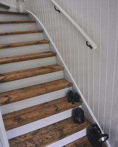 Önskar er en bra start på veckan fina IG-Vänner #trappa#gamlahus #lantligt#pärlspont#interior#linoljefärg