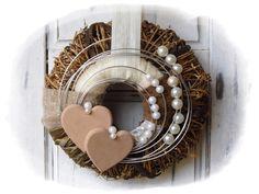 **Wir bieten Ihnen einen tollen Türkranz zum Kauf an.**  _- Dekoriert ist der Kranz mit einem daraufliegendem umwickeltem Kranz die verschönert wurden mit Filz, Perlen, Schleifenbänder,...