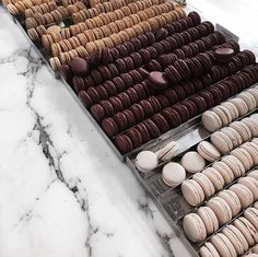 This is ironic cause I actually don't like macaroons. I tried one and it was so freaking sweet. Ever since then I always freak out when I see macaroons. I Love Food, Good Food, Yummy Food, Food Porn, Macaron Caramel, Tumblr Food, Food Goals, Aesthetic Food, Chocolates