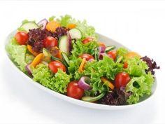 Malzemeler 1 adet kıvırcık salata 2 adet salatalık 2 adet havuç 2 adet turp 1 adet küçük kırmızı lahana 2 adet domates 1/2 çay bardağı zeytinyağı 1 adet limon Tuz Yapılışı Salata yapraklarını yıkayın, suyu iyice süzüldükten sonra doğrayın. Salatalığı ince dilimleyin. Turp ve havucu kabuklarını soyduktan sonra rendeleyin. Kırmızı lahanayı ince kıyın. Domatesi dilimleyin.