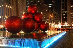 Plataformas nas ruas com ornamentos gigantes, a poucas quadras do Rockefeller Center, New York City.